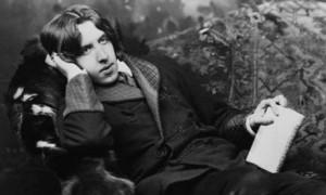Oscar Wilde reads my blog. Photo N. Sarony